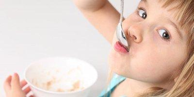 Творог, кефир и яичный желток в питании ребенка: когда и как?