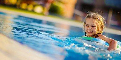 Как правильно научить ребенка плавать?